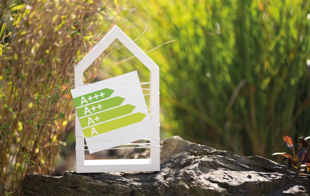 Umweltfreundlich heizen Schild mit Klimahaus a etc.