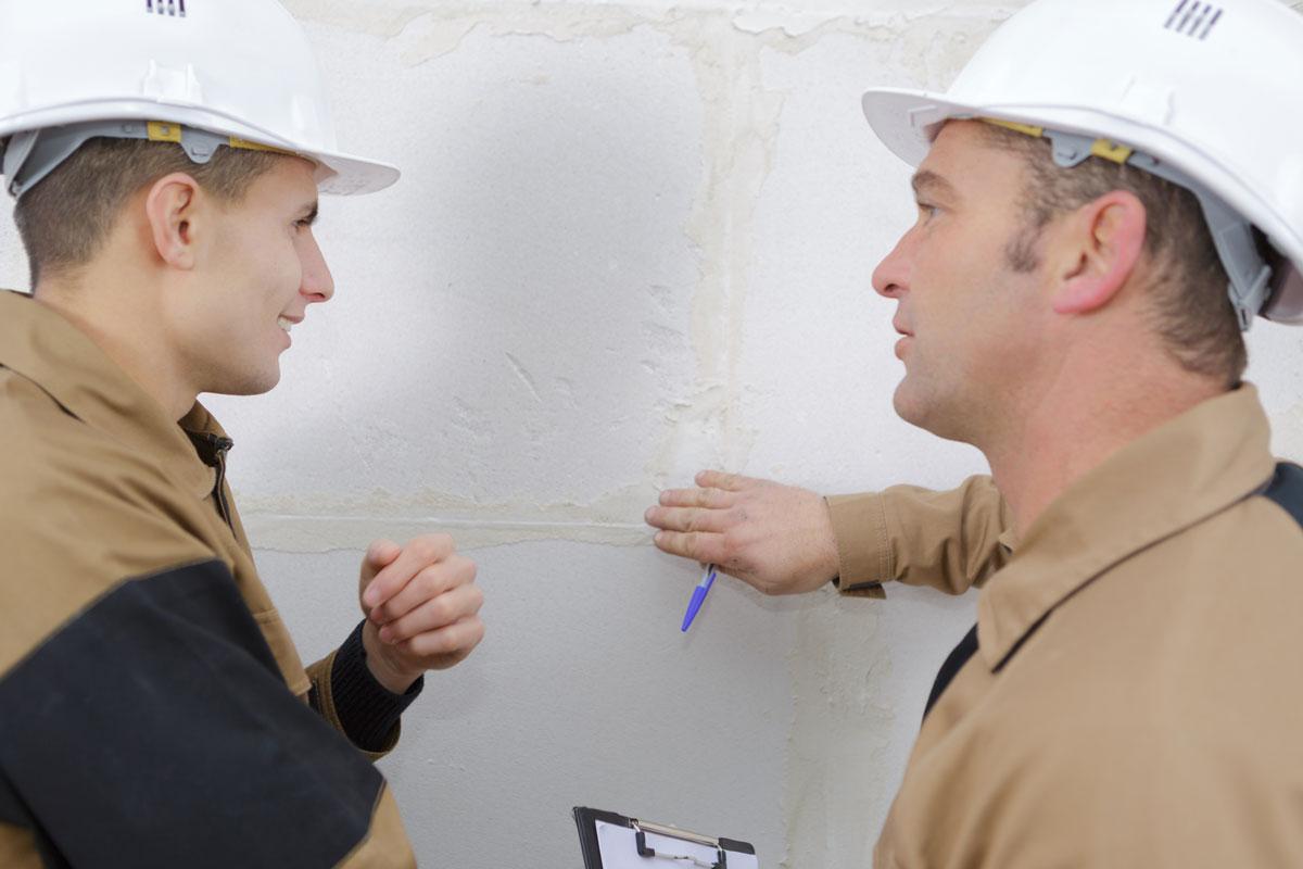 Vorteile von Trockenbau - zwei Handwerker sprechen miteinander