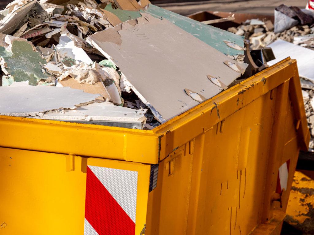 Recycling in der Bauwirtschaft - Container mit Bauschutt