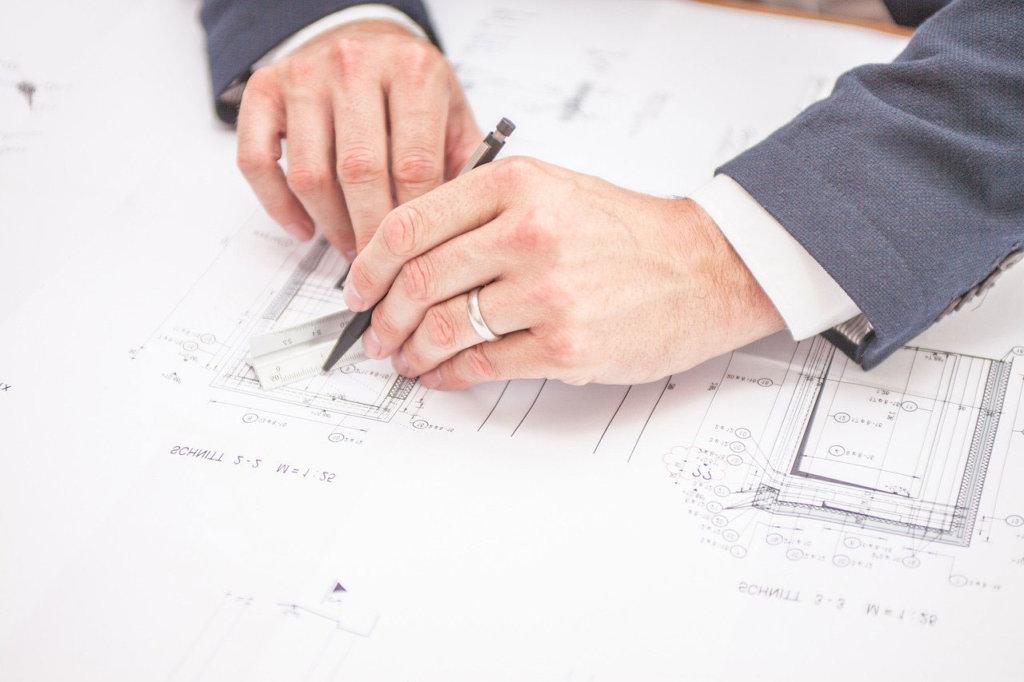 Architekt - Mann plant Hausbau